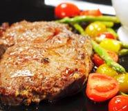 Carne de vaca asada con el tomate de cereza cocido Imagen de archivo libre de regalías