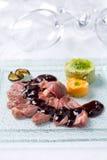 Carne de vaca asada con la salsa de la grosella negra imagenes de archivo