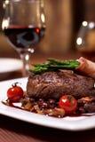 Carne de vaca asada a la parilla con el tomate Foto de archivo libre de regalías