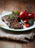 Carne de vaca asada a la parilla con las hierbas y Cherry Tomato Fotografía de archivo libre de regalías