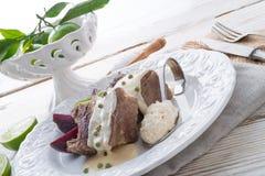 Carne de vaca con la salsa de las remolachas y de rábano picante Fotografía de archivo