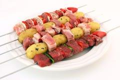 Carne de vaca, cordero, y kebabs turcos del cerdo con la patata en los pinchos Foto de archivo