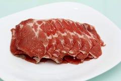 Carne de vaca cortada en la placa blanca Imagen de archivo