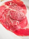 Carne de vaca cruda cortada en el plato Imágenes de archivo libres de regalías
