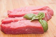 Carne de vaca cruda en tabla de cortar Imagen de archivo libre de regalías