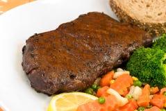 Carne de vaca de carne asada con las habas verdes y las patatas rojas Imagen de archivo libre de regalías