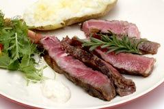 Carne de vaca de Wagyu cortada con la ensalada y la patata Fotografía de archivo