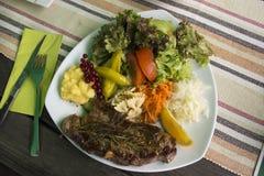 Carne de vaca del filete y salsa de la salsa con la mezcla vegetal hervida y la patata frita Foto de archivo libre de regalías