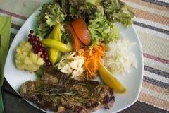 Carne de vaca del filete y salsa de la salsa con la mezcla vegetal hervida y la patata frita Fotografía de archivo