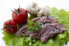 Carne de vaca e ingredientes sin procesar Aislado en el fondo blanco Imagen de archivo libre de regalías