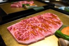 Carne de vaca japonesa A5 de Wagyu en la placa de oro Foto de archivo libre de regalías