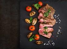 Carne de vaca jugosa del hecho del filete con las especias fotografía de archivo libre de regalías