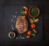 Carne de vaca jugosa del hecho del filete con las especias y las verduras asadas a la parrilla imagen de archivo