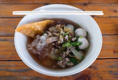 Carne de vaca de la comida y sopa de fideos asiáticas de la bola de carne imagen de archivo