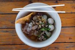 Carne de vaca de la comida y sopa de fideos asiáticas de la bola de carne fotografía de archivo