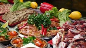 Carne de vaca de la carne cruda con el condimento metrajes