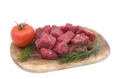 Carne de vaca sin procesar con el tomate y el eneldo Fotografía de archivo libre de regalías