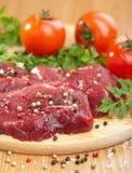 Carne de vaca sin procesar con las especias Imágenes de archivo libres de regalías