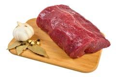 Carne de vaca sin procesar en tarjeta de madera Imágenes de archivo libres de regalías