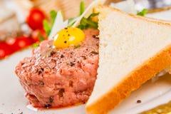 Carne de vaca tartare con pan Foto de archivo libre de regalías