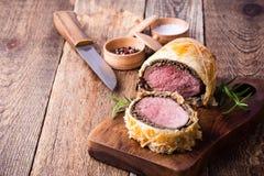 Carne de vaca Wellington, plato clásico del filete en tabla de cortar imagen de archivo libre de regalías