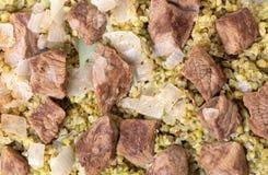 Carne de vaca y cebolla hervidas con el cereal del frikeh Imagen de archivo libre de regalías