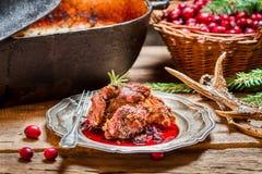 Carne de venado recientemente servida con los arándanos y el romero fotografía de archivo libre de regalías