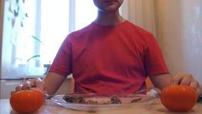 Carne dei tagli delle mani Bistecca mangiatrice di uomini Bistecca di manzo stock footage