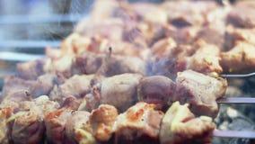 Carne del barbecue pronta su carbone di legno Torrefazione Shish Kebab sugli spiedi closeup archivi video