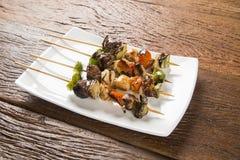 Carne del Bbq en los palillos, pinchos del kebab con los palillos vegetales Fotos de archivo libres de regalías