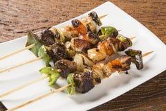 Carne del Bbq en los palillos, pinchos del kebab con los palillos vegetales Foto de archivo