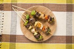 Carne del Bbq en los palillos, pinchos del kebab con los palillos vegetales Imagen de archivo