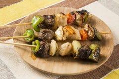 Carne del Bbq en los palillos, pinchos del kebab con los palillos vegetales Imagen de archivo libre de regalías
