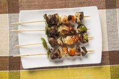 Carne del Bbq en los palillos, pinchos del kebab con los palillos vegetales Imágenes de archivo libres de regalías