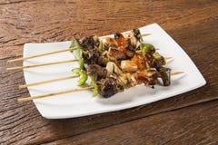 Carne del Bbq en los palillos, pinchos del kebab con los palillos vegetales Foto de archivo libre de regalías