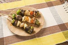 Carne del Bbq en los palillos, pinchos del kebab con los palillos vegetales Imagenes de archivo
