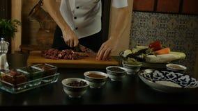 Carne del corte del cocinero almacen de metraje de vídeo