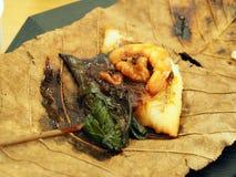 Carne del gamberetto, della verdura e di pesce sulla foglia asciutta fotografia stock libera da diritti