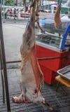 Carne del manzo che appende sui ganci fotografie stock libere da diritti