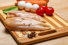 Carne del seno di pollo sulla scheda di legno Fotografia Stock