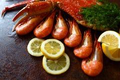 Carne deliciosa do camarão e de caranguejo com ervas e o ascendente próximo do limão Foto de Stock Royalty Free