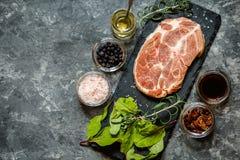 Carne della bistecca con le erbe e le spezie Immagini Stock
