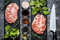 Carne della bistecca con le erbe e le spezie Fotografia Stock Libera da Diritti