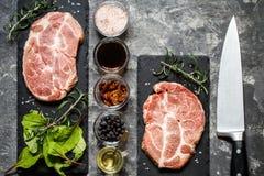 Carne della bistecca con le erbe e le spezie Fotografie Stock Libere da Diritti