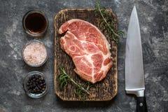 Carne della bistecca con le erbe e le spezie Immagini Stock Libere da Diritti