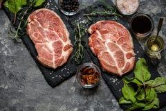 Carne della bistecca con le erbe e le spezie Fotografia Stock