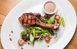 Carne della bistecca di entrecôte con le verdure arrostite Immagini Stock Libere da Diritti