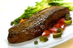 Carne della bistecca di New York su insalata verde, Bell rossa Peppe Fotografia Stock Libera da Diritti