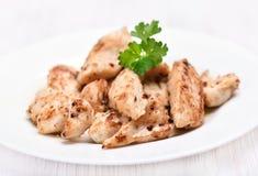 Carne della griglia del pollo affettata sul piatto bianco Immagine Stock Libera da Diritti