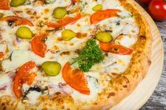 Carne della pizza con formaggio ed il cetriolo, con i rosmarini e le spezie immagini stock